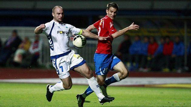 Liberecký Jan Nezmar (vlevo) kryje míč před dotírajícím útočníkem Plzně Markem Bakošem.