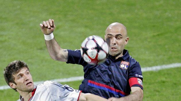 Útočník Bayernu Mnichov Thomas Müller (vlevo) se snaží prosadit kolem stopera Lyonu Crise.