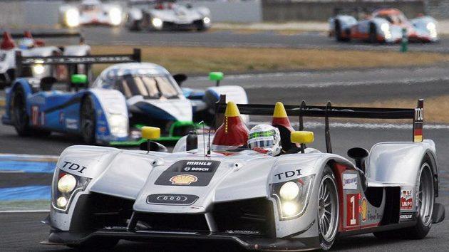 Britský pilot Allan McNish ve voze Audi R15 v závodě Le Mans