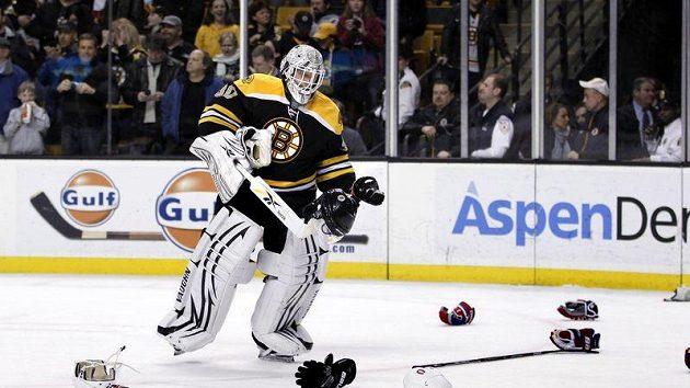 Gólman Bostonu Tim Thomas uklízí spoušť na ledě po jedné z hromadných potyček v duelu s Montrealem.