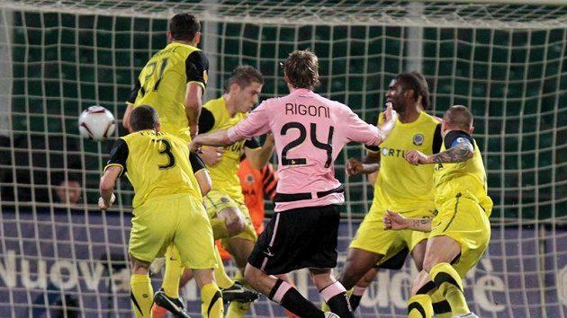 Nicola Rigoni z Palerma (uprostřed) překonává brankáře Sparty Jaromíra Blažka v utkání 5. kola Evropské ligy.
