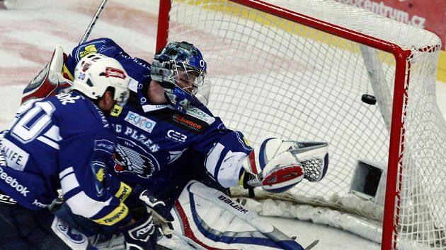 Plzeňský brankář Tomáš Pöpperle inkasuje branku.