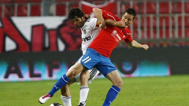 Petržela z Plzně (vpravo) bojuje o míč s Uzulmesem z Besiktase Istanbul.
