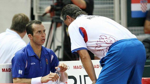 Radek Štěpánek (vlevo) se radí s nehrajícím kapitánem českého daviscupového týmu Jaroslavem Navrátilem.