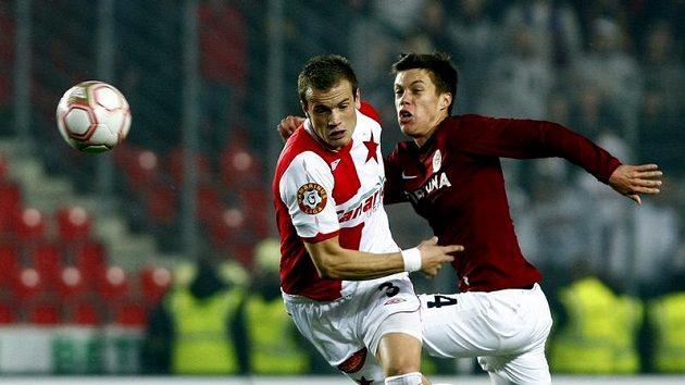Slávista Kopic v souboji se sparťanem Kadlecem během čtvrtfinále domácího poháru.