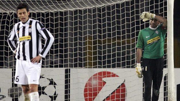 Zklamaný brankář Juventusu Gianluigi Buffon smutní po inkasované brance od Maria Gomese z Bayernu Mnichov.