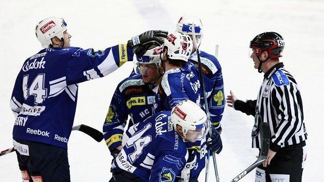 Hokejisté Plzně se radují z branky Petra Vampoly.