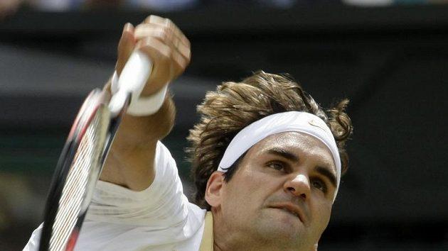 Švýcarský tenista Roger Federer podává během finále Wimledonu proti Andy Roddickovi.
