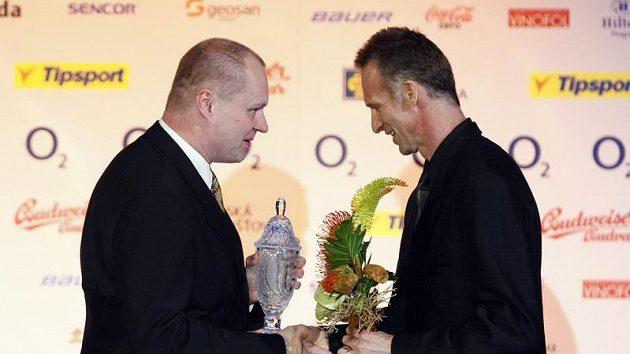 Redaktor Práva Martin Kézr (vlevo) předává ocenění pro Nejlepšího brankáře sezóny 2009/10 pardubickému golmanovi Dominiku Haškovi.