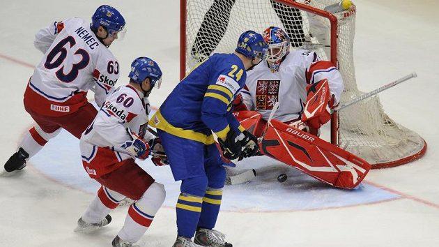 Johen Jarhu ze Švédska střílí gól Tomáši Vokounovi v semifinále mistrovství světa.