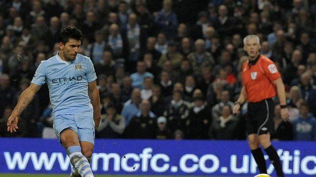Sergio Agüero z Manchesteru City proměňuje penaltu v zápase s Newcastlem.