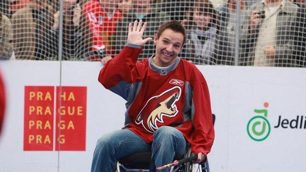 Hokejista Phoenixu Radim Vrbata na vozíčku při zápase se soupeři z Jedličkova ústavu