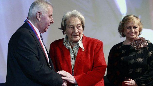 Olympijské vítězky Dana Zátopková (uprostřed) a Věra Čáslavská přejí Josefu Masopustovi k osmdesátinám.