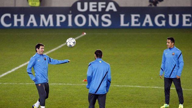 Lionel Messi (vlevo) při tréninku Barcelony na odvetné utkání Ligy mistrů proti Viktorii Plzeň.
