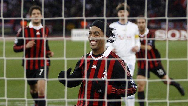 Záložník AC Milán Ronaldinho se usmívá po brance, kterou z pokutového kopu vstřelil Curychu.