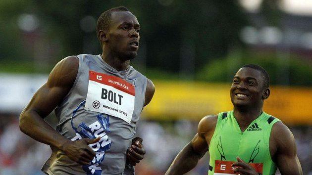 Usain Bolt (vlevo) v cíli závodu při Zlaté tretře v Ostravě