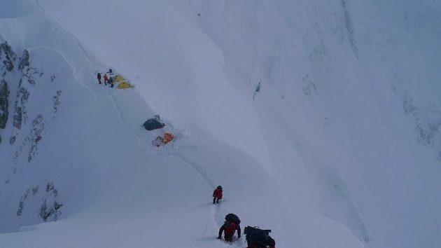 Pohled na jeden z postupových táborů na Gasherbrumu II.