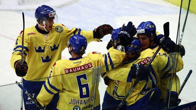 Hokejisté Švédska se radují z branky.