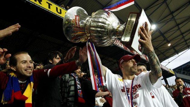 Kapitán Sparty Tomáš Řepka přebírá pohár pro mistra ligy.