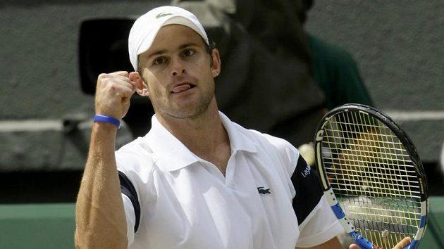 Americký tenista Andy Roddick se raduje po jedné z výměn během finále Wimbledonu proti Rogeru Federerovi ze Švýcarska.
