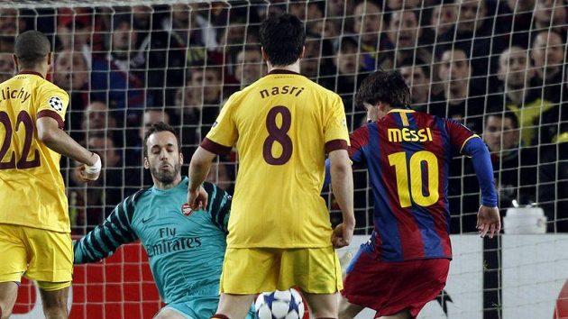 Lionel Messi (vlevo) dává gól Barcelony proti Arsenalu v odvetě osmifinále Ligy mistrů.