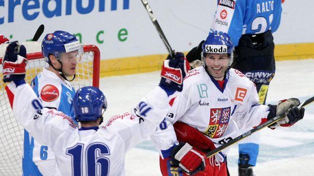 Jaromír Jágr (vpravo) se raduje s Petrem Čajánkem z vítězné branky proti Finsku.