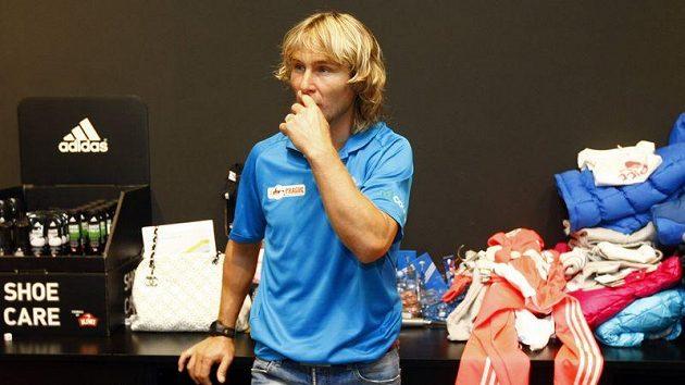 Bývalý fotbalista Pavel Nedvěd si v rámci charitativní akce v pražské prodejně Adidasu vyzkoušel roli prodavače.