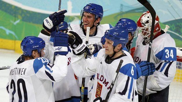 Hokejisté Finska se po vítězství nad Českou republikou radují z postupu do semifinále olympijského turnaje.