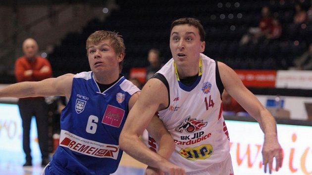 Basketbalista Pardubic Pavel Miloš (vpravo).