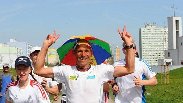 Miloš Škorpil ukončil koncem dubna v pražském Centrálním Parku na Jižním Městě třítýdenní běh ve prospěch charitativní akce Kilometry pro Paraple. Prostředky budou použity pro potřeby vozíčkářů.