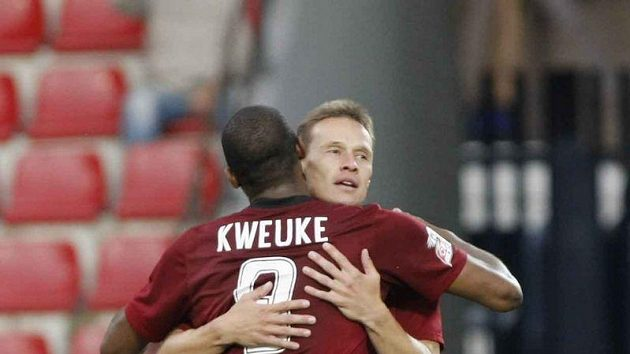 Sparťan Leonard Kweuke gratuluje ke gólu Tomáši Zápotočnému.