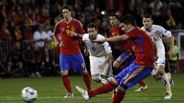 David Villa proměňuje penaltu proti Petru Čechovi.