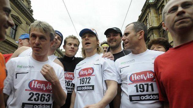 Pavel Nedvěd (uprostřed se startovním číslem 1972) před startem Pražského půlmaratonu.