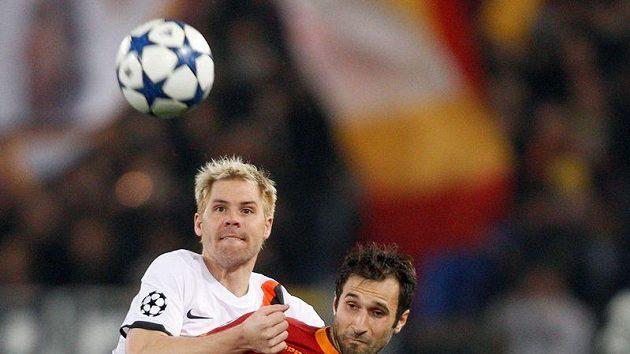 Tomáš Hübschman (vlevo) bojuje o míč s Mirko Vučiničem z AS Řím