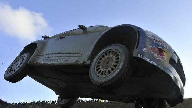Sébastien Loeb s vozem Citroën DS3 WRC na trati Britské rallye.