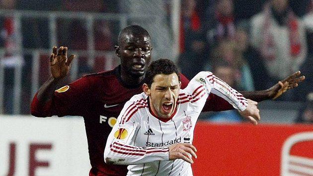 Sparťan Martin Abena (vzadu) stíhá Maxiho Rodrígueze z Liverpoolu.
