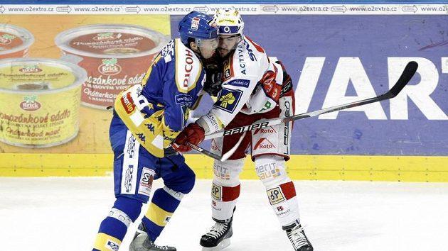 Zlínský Martin Lučka (vlevo) se přetlačuje s Petrem Jelínkem ze Slavie.