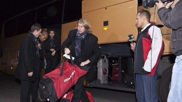 Jaroslav Plašil si bere zavazadlo a odchází do hotelu v Podgorici.