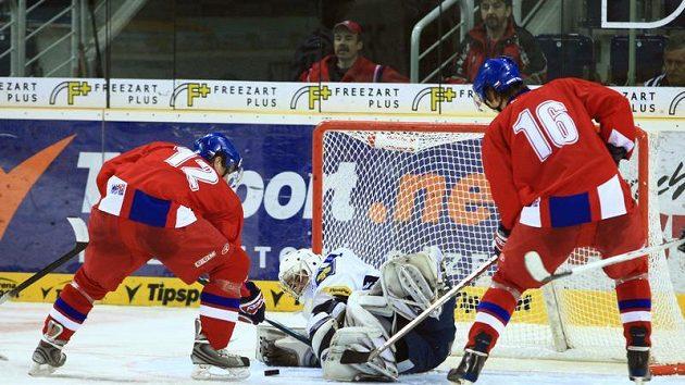 Hokejisté Radim Heřman (vlevo) a Lukáš Radil v akci