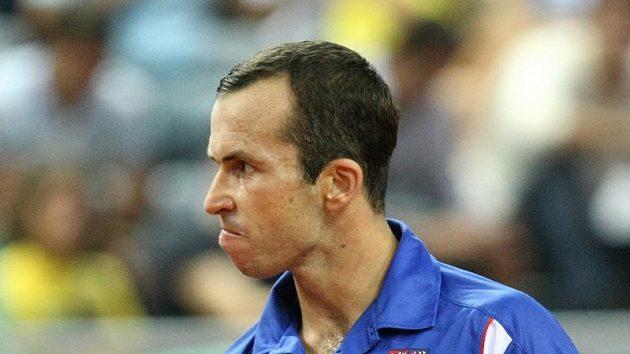 Radek Štěpánek se raduje po jedné z výměn v utkání s Ivem Karlovičem.