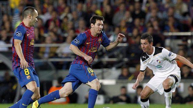 Lionel Messi (uprostřed) si vyměňuje míč s Andrésem Iniestou při utkání proti Plzni. Zastavit postup soupeře se snaží Milan Petržela.