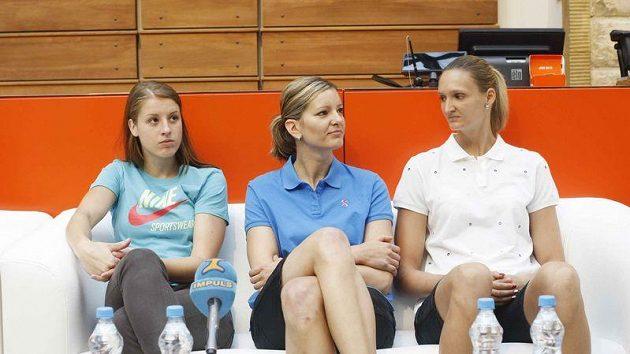Basketbalistky zleva Kateřina Elhotová, Eva Vítečková a Petra Kulichová