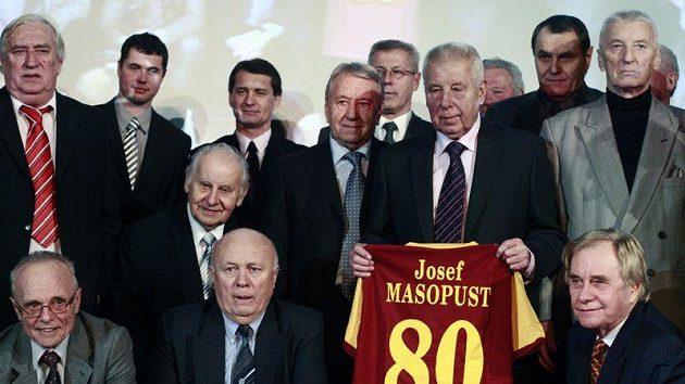 Josef Masopust s osmdesátkou na dresu a houfem gratulantů.