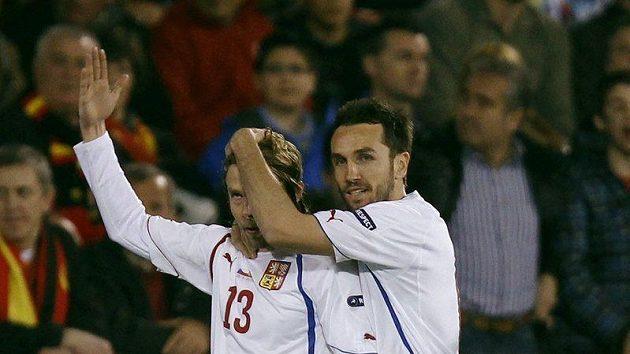Tomáš Sivok gratuluje střelci úvodního gólu v utkání proti Španělsku Jaroslavu Plašilovi.