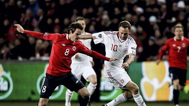 Nor Henning Hauger (vlevo) v souboji s Dánem Dennisem Rommedahlem.