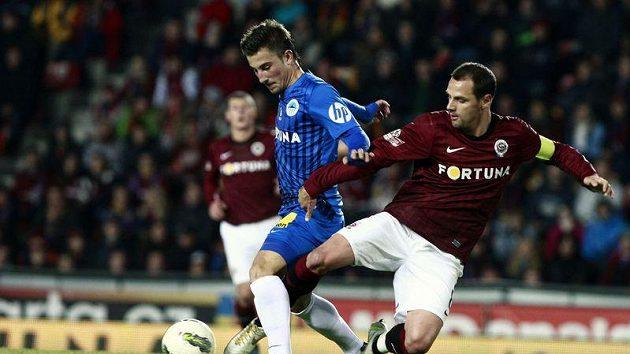 Lukáš Vácha z Liberce (vlevo) bojuje o míč s kapitánem Sparty Markem Matějovským.