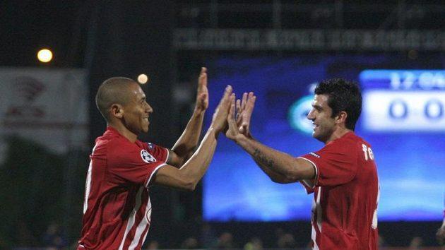 Jussie (vlevo) se raduje se svým spoluhráčem z Girondins Bordeaux Fernandem z branky do sítě Maccabi Haifa.