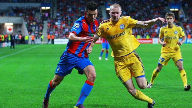 Plzeňský Michal Ďuriš (vlevo) v souboji s Aleksandrem Voloďkem z Borisova.