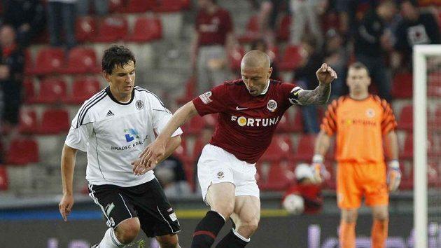 Hradecký Pavel Černý dotírá na sparťana Tomáše Řepku.
