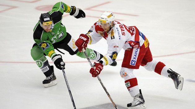 Gordon Baldwin (vlevo) z Mladé Boleslavi se snaží zabránit v rozehrávce Vladimíru Růžičkovi ze Slavie v utkání třetího kola hokejové extraligy.